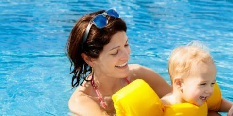 Fun in the toddler pool – tips for swimming with babies